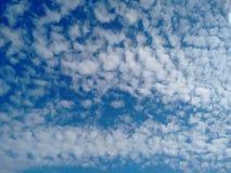 卷积云在欧洲的卷云天空 免版税库存图片