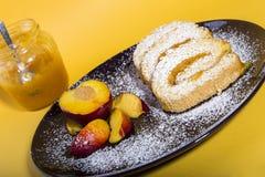 卷蛋糕充塞用桃子果酱 免版税图库摄影