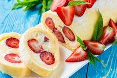 卷蛋糕蛋糕用草莓 免版税图库摄影