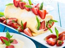 卷蛋糕蛋糕用草莓 免版税库存照片