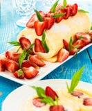 卷蛋糕蛋糕用草莓 图库摄影