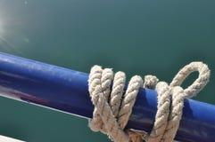 卷起的航海绳索和海 库存图片