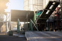 卸载五谷卡车在举起水力平台卸载机的电梯 在大海的粮食作物转船 免版税图库摄影