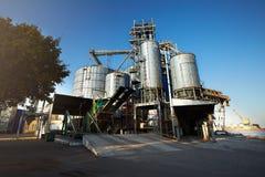 卸载五谷卡车在举起水力平台卸载机的电梯 在大海的粮食作物转船 库存图片