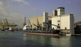 卸载五谷的五谷船在巴塞罗那,西班牙 库存照片