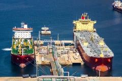 卸载原油的大罐车 免版税图库摄影