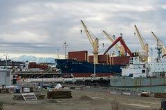 卸载和装载他们的货物的几只大集装箱船 库存图片