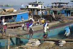 卸载在内河港的一艘驳船,曼德勒,缅甸 免版税库存照片