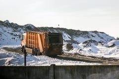 卸载在巨大的有益健康的积土的翻斗车废物 危机生态学环境照片污染 过时技术 库存照片