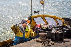 卸载抓住的渔夫在Mudeford,多西特,英国 免版税库存图片