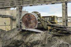 卸载热的白炽炉渣用成渣转储的卡车 图库摄影