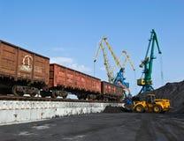 卸载煤炭在不冻港港  俄国的远东 16 10 2012年 免版税库存图片