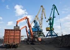 卸载煤炭在不冻港港  免版税库存图片