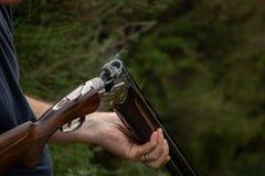 卸载猎枪,抽烟的桶 免版税库存图片