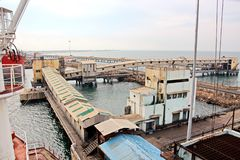 卸载的煤炭货物货物终端由沿海起重机 Tut港  免版税库存图片