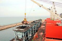 卸载的煤炭货物货物终端由沿海起重机 Tut港  免版税库存照片