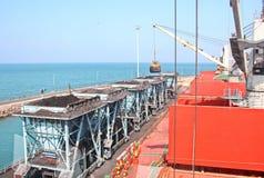 卸载的煤炭货物货物终端由沿海起重机 Tut港  图库摄影