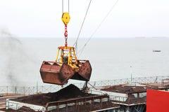 卸载的煤炭货物货物终端由沿海起重机 Tut港  免版税图库摄影