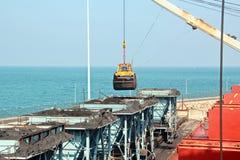 卸载的煤炭货物货物终端由沿海起重机 Tut港  库存照片