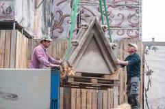 卸载石头的工作者被雕刻 免版税图库摄影