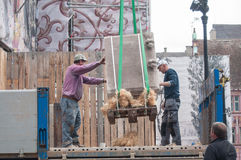 卸载石头的工作者被雕刻 免版税库存图片