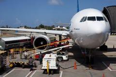 卸载行李的飞机在机场 库存照片