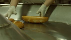 卸载从传动机的面包 影视素材