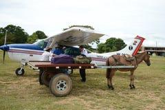 卸载从飞机的行李 免版税图库摄影