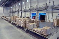 卸载系统,里面仓库门装货场 免版税图库摄影