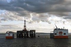 """03 08 2014 - 卸货半潜式钻井台""""Ocean Patriot†,外部爱丁堡的抬举费力的船Dockwise先锋 免版税库存照片"""
