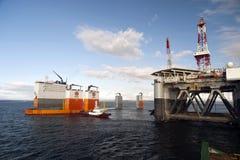 """03 08 2014 - 卸货半潜式钻井台""""Ocean Patriot†,外部爱丁堡的抬举费力的船Dockwise先锋 免版税图库摄影"""