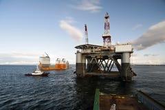 """03 08 2014 - 卸货半潜式钻井台""""Ocean Patriot†,外部爱丁堡的抬举费力的船Dockwise先锋 库存照片"""