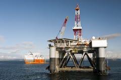 """03 08 2014 - 卸货半潜式钻井台""""Ocean Patriot†,外部爱丁堡的抬举费力的船Dockwise先锋 库存图片"""