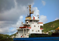 卸货在金斯敦,圣文森特的货船 免版税库存照片