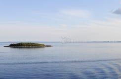 厄勒海峡小岛和现代风轮机在水 库存照片