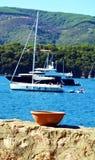 厄尔巴岛海岛、小船在运动,第勒尼安波浪和海滨,意大利 库存图片