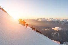 厄尔布鲁士山,一个小组登山人在高度的黎明5200m 免版税库存图片