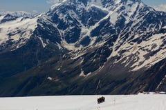 2014 07厄尔布鲁士山,俄罗斯:上升在山Elbrus 库存图片