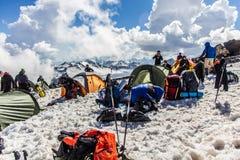 2014 07厄尔布鲁士山,俄罗斯:人在举休息在`风雨棚11 `以后 免版税库存照片