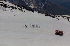 2014 07厄尔布鲁士山,俄罗斯:空手道运动员举办在厄尔布鲁士山倾斜的训练  免版税库存图片