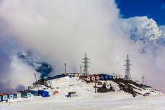 2014 07厄尔布鲁士山,俄罗斯:驻地GaraBashi的全景 库存图片