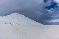 2014 07厄尔布鲁士山,俄罗斯:Elbrus山全景  免版税库存图片