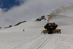 2014 07厄尔布鲁士山,俄罗斯:Ratrak在厄尔布鲁士山倾斜上升上升  免版税库存照片