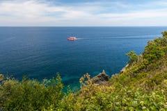厄尔巴岛、海和岩石海岛  库存照片