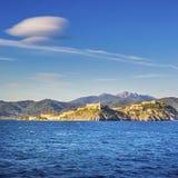 厄尔巴岛海岛,费拉约港村庄地平线和双突透镜的云彩 库存照片