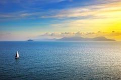 厄尔巴岛海岛从皮奥恩比诺的日落视图帆船 Mediterranea 免版税图库摄影
