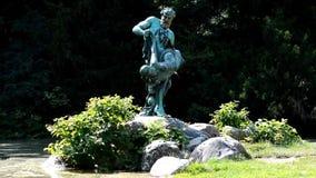 从厄恩斯特Herter的罕见的渔铜雕塑Viktoriapark的在2015年6月25日,德国的柏林克罗伊茨贝格 影视素材
