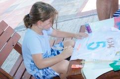 厄梅尔,内盖夫,以色列-孩子8月15日,在希伯来语写第五种颜色和他的名字信, 2015年 免版税库存照片