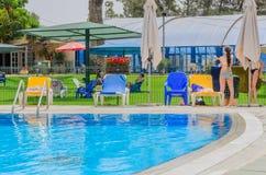 厄梅尔,内盖夫,以色列-打开6月27,在儿童的游泳池的夏季- 2015年在以色列 免版税库存照片