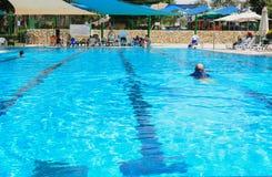厄梅尔,内盖夫,以色列-打开6月27,在游泳池的夏季- 2015年在以色列 库存照片